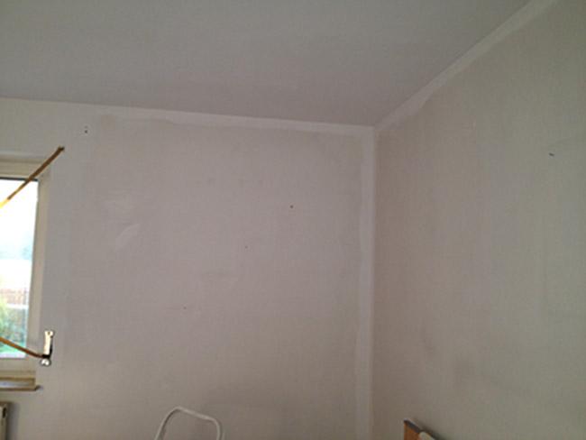 Wand Streichen Oben Rand Lassen : Sobald die Kanten gestrichen sind, wird der Farbunterschied deutlich